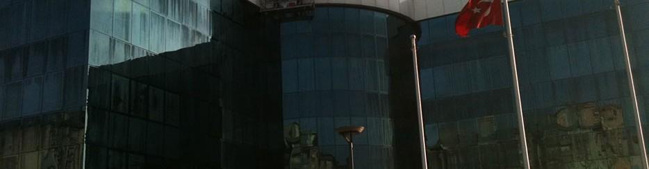 Temizlik Şirketi çalışanları cam silimi esnasında.